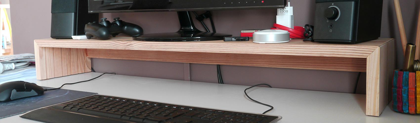 Un support/réhausseur d'écran en bois